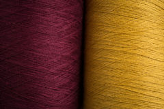 Campione giallo e marrone rossiccio del filato cucirino Fotografia Stock Libera da Diritti