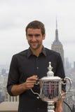 Campione Marin Cilic di US Open 2014 che posa con il trofeo di US Open sulla cima della piattaforma di osservazione della roccia  Fotografie Stock
