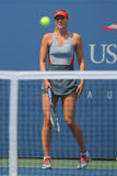 Campione Mariya Sharapova del Grande Slam di cinque volte durante terzo la partita del giro all'US Open 2014 contro Caroline Wozn Fotografie Stock Libere da Diritti