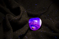Campione minerale fluorescente di fluorite porpora Fotografie Stock Libere da Diritti
