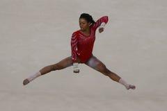 Campione olimpico Gabby Douglas degli Stati Uniti durante il corso di formazione artistico di esercizio di pavimento di ginnastic Fotografia Stock Libera da Diritti