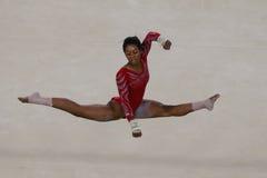 Campione olimpico Gabby Douglas degli Stati Uniti durante il corso di formazione artistico di esercizio di pavimento di ginnastic Fotografie Stock Libere da Diritti