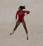 Campione olimpico Gabby Douglas degli Stati Uniti durante il corso di formazione artistico di esercizio di pavimento di ginnastic Immagine Stock Libera da Diritti