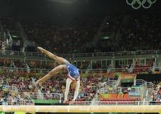 Campione olimpico Simone Biles degli Stati Uniti che fanno concorrenza sul fascio di equilibrio alla ginnastica completa delle do immagini stock