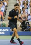 Campione Roger Federer del Grande Slam di diciassette volte durante la partita di quarto di finale all'US Open 2014 contro Gael M Fotografia Stock