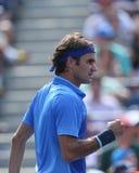 Campione Roger Federer del Grande Slam di diciassette volte durante la sua prima partita del giro all'US Open 2013 contro Grega Ze Fotografie Stock