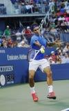 Campione Roger Federer del Grande Slam di diciassette volte durante la sua quarta partita del giro all'US Open 2013 contro Tommy R Fotografia Stock
