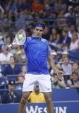 Campione Roger Federer del Grande Slam di diciassette volte durante la sua quarta partita del giro all'US Open 2013 contro Tommy R Fotografie Stock Libere da Diritti