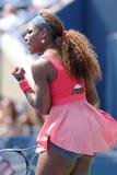 Campione Serena Williams del Grande Slam di sedici volte durante la sua seconda partita del giro all'US Open 2013 contro Galina Vo Immagini Stock Libere da Diritti