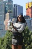 Campione Sloane Stephens di US Open 2017 degli Stati Uniti che posano con il trofeo di US Open in Central Park Immagine Stock