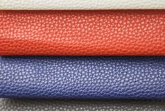 Campione - un cuoio di buona qualità in vari colori Pezzi di cuoio blu, rossi, bianchi Fotografia Stock