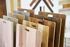 Campioni dei pannelli di legno per le pareti ed il pavimento in deposito Immagini Stock Libere da Diritti