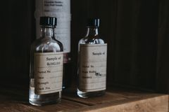 Campioni del whiskey di Clynelish dentro la distilleria di Brora, Scozia Fotografia Stock