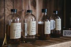 Campioni del whiskey di Clynelish dentro la distilleria di Brora, Scozia Fotografia Stock Libera da Diritti
