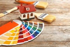 Campioni della tavolozza di colore, modello della casa e spazzole Fotografia Stock Libera da Diritti