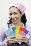 Campioni di colore della pittura della tenuta della donna Immagini Stock