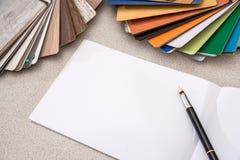 Campioni di legno per mobilia con la nota in bianco fotografia stock