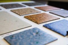Campioni di linoleum Taglio e stenditura della pavimentazione immagine stock