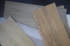 Campioni di pavimento di legno di struttura dell'impiallacciatura del vinile e del laminato su woode fotografia stock