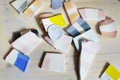 Campioni di smalto colorato per ceramica, pezzi ceramici, officina in studio, lavoro del a mano mestiere fotografia stock libera da diritti