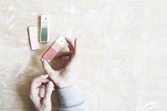 Campioni di smalto colorato per colore ceramico in mani, processo di lavoro in studio, argilla, legno, mestiere immagini stock libere da diritti