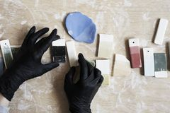 Campioni di smalto colorato per colore ceramico in mani, processo di lavoro in studio, argilla, legno, mestiere fotografia stock libera da diritti