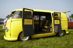 Campista amarillo de VW Imagenes de archivo