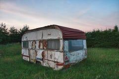 Campista blanco viejo en bosque por mañana del verano Fotografía de archivo libre de regalías