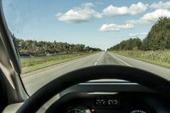 Campista colorido do conceito do transporte e do curso do fundo da estrada interna do tráfego do volante do POV da vista no trans imagem de stock royalty free
