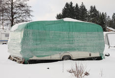 Campista cubierto por la nieve en invierno Fotografía de archivo libre de regalías