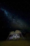 Campista debajo de las estrellas, montañas de Drakensburg, Suráfrica Fotos de archivo libres de regalías