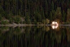 Campista en el lago mountain Foto de archivo libre de regalías