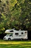 Campista estacionado em um campo Fotografia de Stock Royalty Free