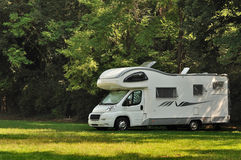 Campista estacionado em um campo Imagem de Stock Royalty Free