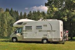 Campista estacionado em um campo Foto de Stock Royalty Free
