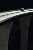 Campista que cruza el puente de alto nivel Foto de archivo