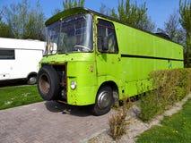 Campista retro del vintage del viejo verde del pedazo del estilo del vintage en camping Foto de archivo