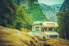Campista Van Road Trip imágenes de archivo libres de regalías