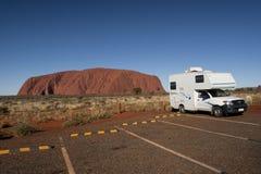 Campista y Uluru Imagenes de archivo