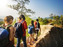 Campistas em uma caminhada da aventura imagens de stock royalty free