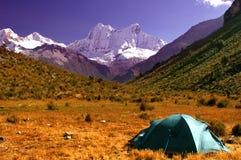 Campistas en el Blanca de Cordillera Imagen de archivo libre de regalías