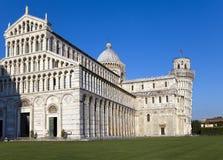 campo κλίνοντας πύργος της Πίζας miracoli της Ιταλίας συνόλων dei καθεδρικών ναών Ο καθεδρικός ναός και ο κλίνοντας πύργος στο τε Στοκ Φωτογραφίες