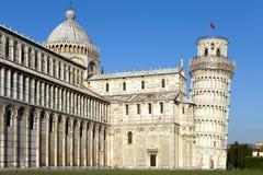 campo κλίνοντας πύργος της Πίζας miracoli της Ιταλίας συνόλων dei καθεδρικών ναών Ο καθεδρικός ναός και ο κλίνοντας πύργος στο τε Στοκ φωτογραφία με δικαίωμα ελεύθερης χρήσης