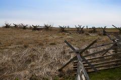 Campo aberto do campo de batalha de Gettysburg com cerca do Separação-trilho fotos de stock