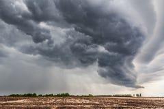 Campo acima das nuvens cinzentas densas Imagens de Stock