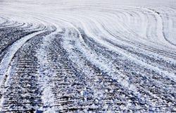 Campo agrícola arado coberto com a neve no inverno Imagem de Stock