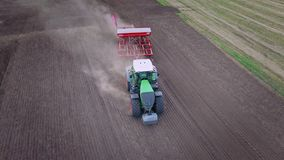 Campo agricolo d'aratura trattato La semina lavorare a macchina al campo coltivato stock footage