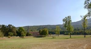Campo alrededor de la abadía de Croce del alla de Santa María, Tiglieto, Italia Fotografía de archivo libre de regalías