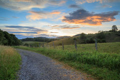Campo ao longo de Ridge Parkway North Carolina azul foto de stock