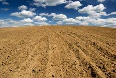 Campo arado. Foto de archivo libre de regalías
